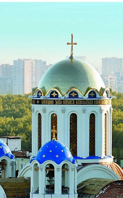 Купол храма позоло- чен по уникальной технологии сусаль- ным золотом