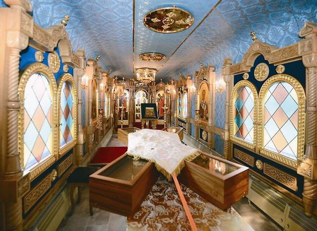 Так выглядит специальный храм-вагон внутри