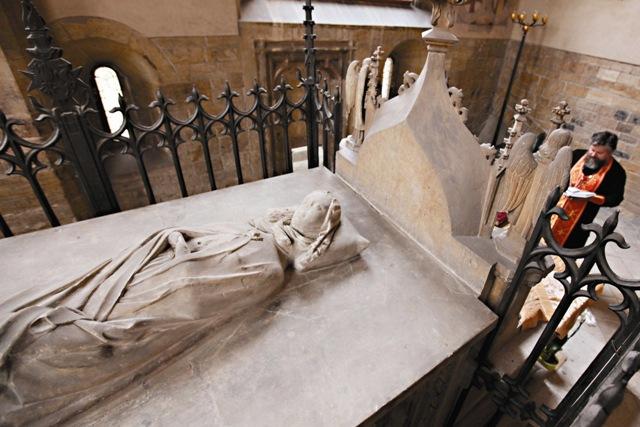 Гробница с чудотворными мощами святой Людмилы Чешской находится в отдельной часовне, справа от алтаря, за ажурной решеткой.