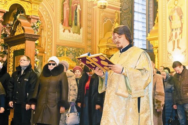 Слава монастыря необыкновенно возросла, поток богомольцев все увеличивался, и храмы уже не вмещали желающих.