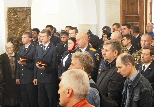 Первая Литургия, состоявшаяся 19 декабря 1990 года, в день памяти Николая Чудотворца, собрала множество народа, заполнившего весь Успенский храм и всю площадь перед ним.