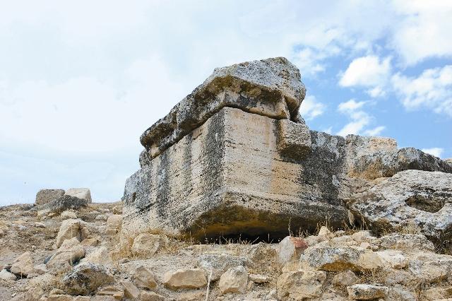 Иераполис знаменит обширным некрополем, одним из самых больших в Малой Азии – он рас- тянулся вдоль дороги античного города на два километра. Лечиться на местных источниках приезжали со всех концов Римской империи, однако не всем тяжелобольным могли помочь целебные воды. Так как хоронили здесь в соответствии со своими традициями, некрополь отличается большим разнообрази- ем надгробий: саркофаги, ликий- ские могилы, склепы, мавзолеи, курганы – всего несколько тысяч захоронений.