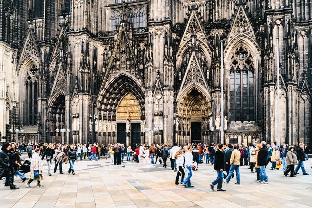Накануне Дня трех святых королей по улицам немецких городов ходят мальчики в белых балахонах, среди которых выделяются трое, одетые в «королевские» одежды
