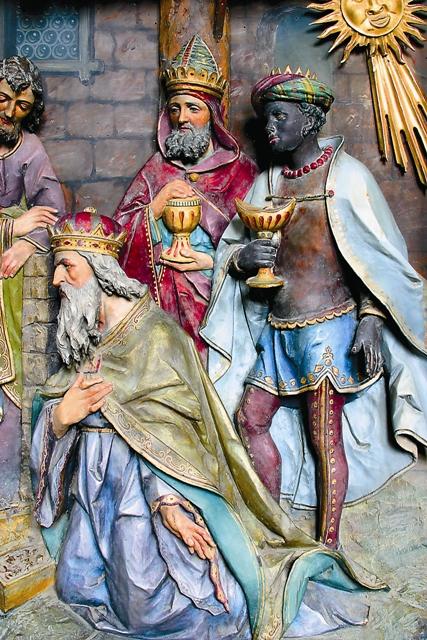 И, войдя в дом, увидели Младенца с Мариею, Матерью Его, и, пав, по- клонились Ему; и, открыв сокрови- ща свои, принесли Ему дары: золото, ладан и смирну (Мф. 1:11)