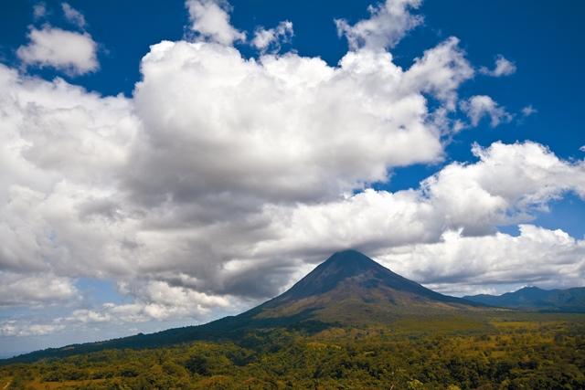 Еще одна удивительная достопримечательность Коста-Рики – молодой активный вулкан Ареналь. Это высокая гора абсолютно правильной конической формы красиво подсвечивается ночью.