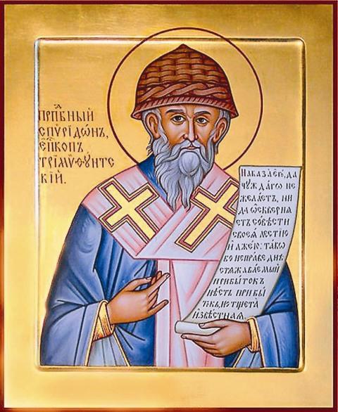 Пять раз в году на Корфу совершается крестный ход с мощами святителя Спиридона: их несут в стеклянной раке вертикально, словно действующего иерарха на епископском троне