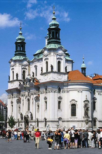 В базилике святого Георгия Победоносца покоятся мощи великомученицы Людмилы, которые считаются главной христианской святыней Праги.