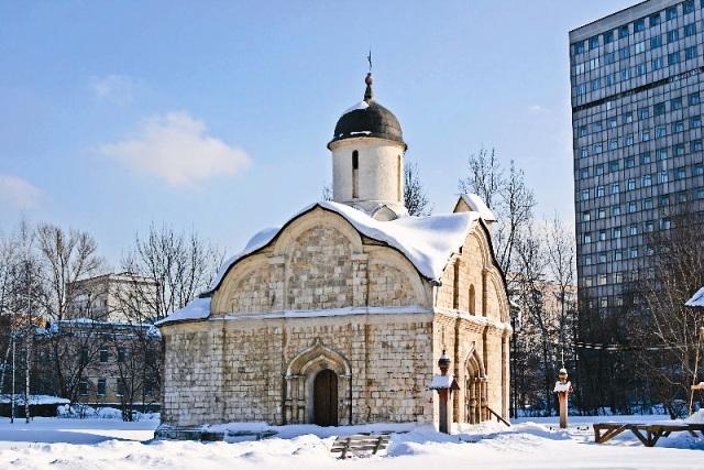 Предположительно храм проектировал знаменитый Аристотель Фиораванти – автор Успенского собора в Кремле. Аристотель яв- лялся прихожанином Три- фоновской церкви и был похоронен около нее