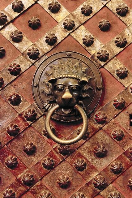 Дверной молоток в виде головы льва на двери Святовацлавской часовни. По преданию, именно за это кольцо ухватился святой Вацлав в момент его убийства. На самом деле молоток создан в XII столетии, через двести лет после убийства святого