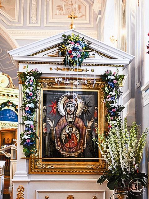 В середине мая 1747 года, незадолго до полного освящения церкви, в город крестным ходом перенесли из Петербурга чудотворную икону Пресвятой Богородицы «Знамение»